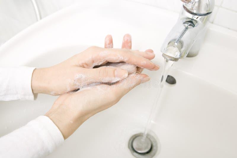 Manos que se lavan de la mujer con el jabón fotos de archivo