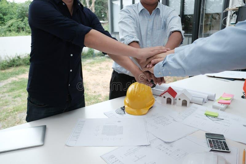 Manos que se unen a del arquitecto y del cliente El ingeniero juntó la mano w imágenes de archivo libres de regalías