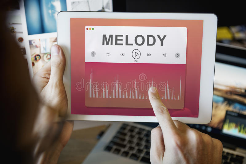 Manos que seleccionan concepto de la tecnología de la música imagen de archivo