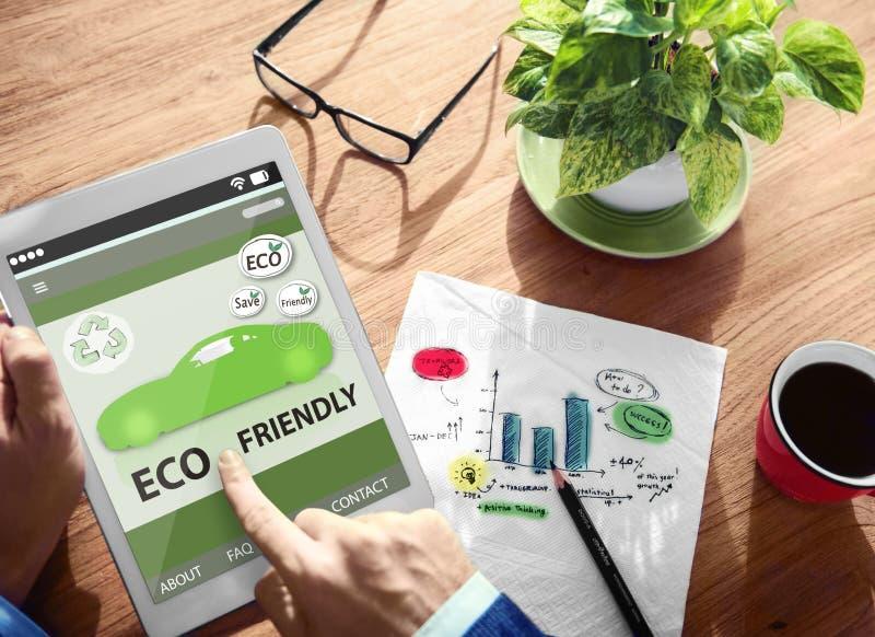 Manos que sostienen el coche amistoso de Eco de la tableta de Digitaces foto de archivo libre de regalías