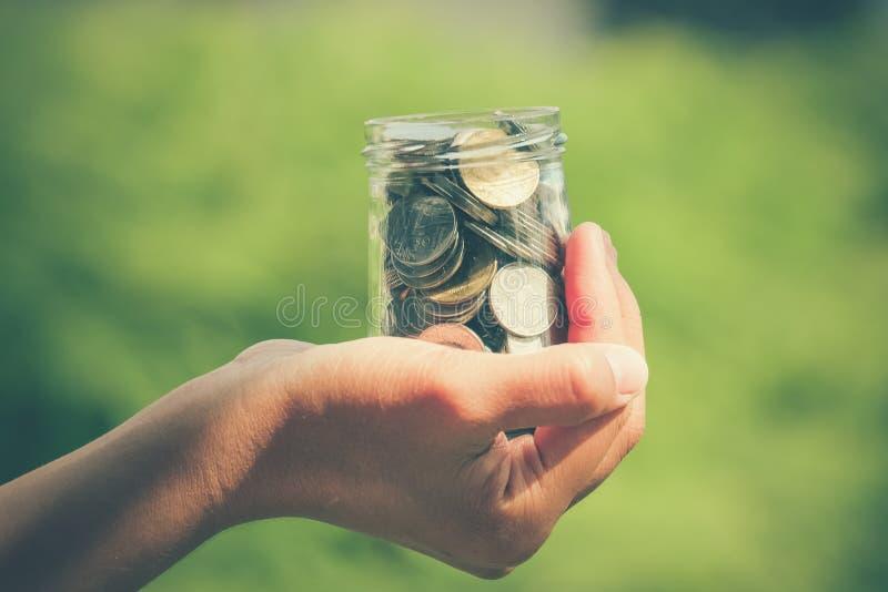 Manos que sostienen el dinero imagen de archivo