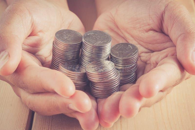 Manos que sostienen el dinero con estilo retro del vintage del efecto del filtro imagenes de archivo