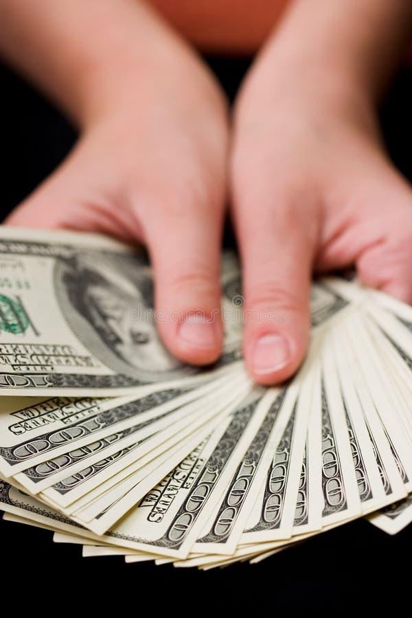 Manos que sostienen el dinero de los E.E.U.U. imagen de archivo