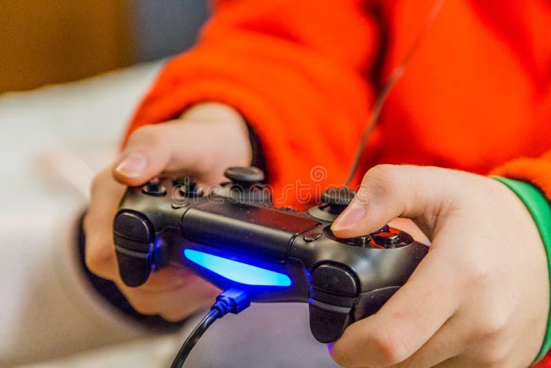 manos que sostienen el regulador de la radio de los videojuegos foto de archivo