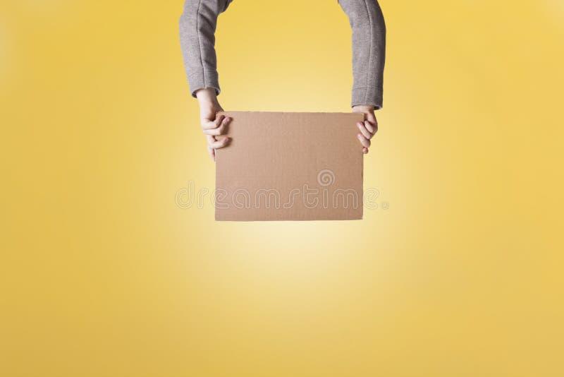 Manos que sostienen la cartulina imágenes de archivo libres de regalías