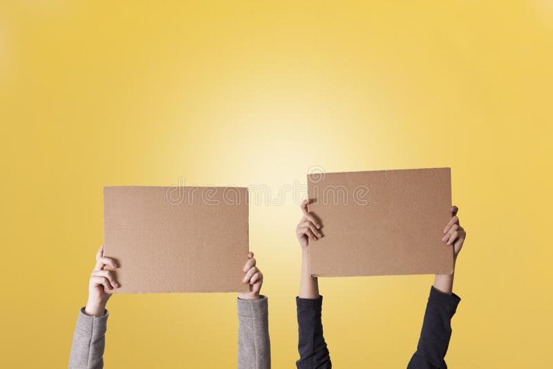 Manos que sostienen la cartulina foto de archivo