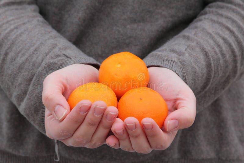 Manos que sostienen la fruta fresca foto de archivo