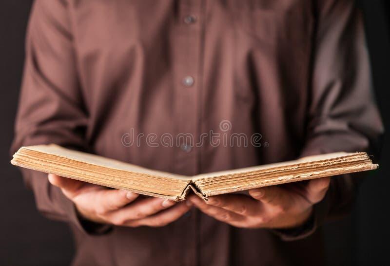 Manos que sostienen un libro fotografía de archivo