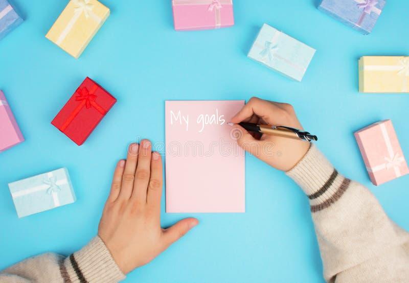 Manos que sostienen una pequeña caja fotos de archivo libres de regalías