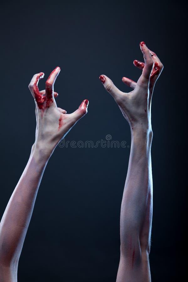 Manos sangrientas del zombi imágenes de archivo libres de regalías