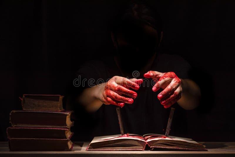 Manos sangrientas en fondo oscuro fotografía de archivo libre de regalías