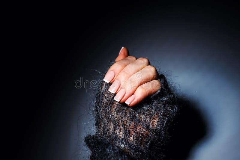 Manos suaves femeninas con la manicura francesa hermosa imagen de archivo libre de regalías
