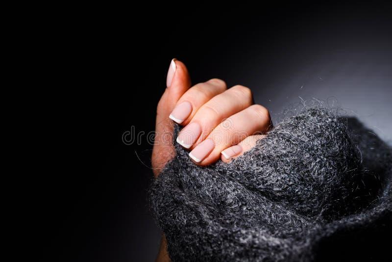 Manos suaves femeninas con la manicura francesa hermosa fotos de archivo libres de regalías