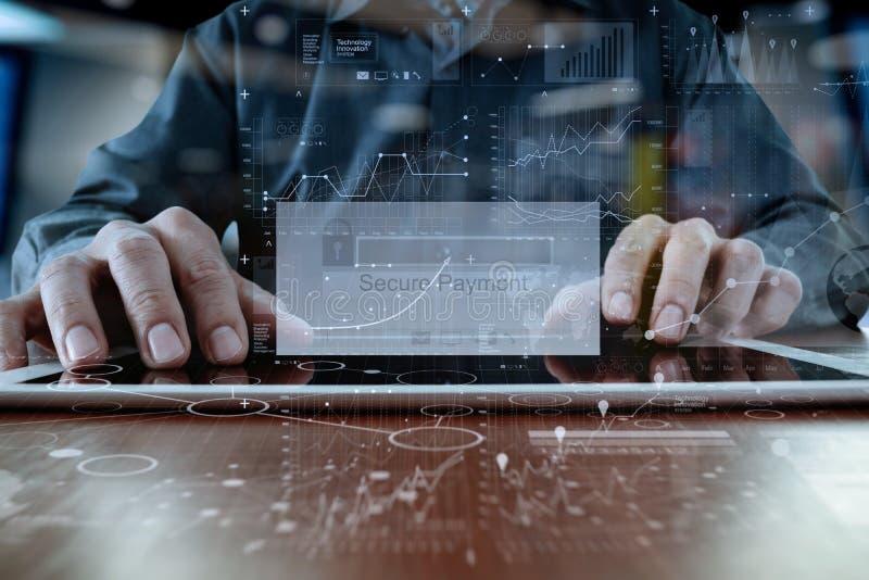 Manos usando la favorable tableta digital fotografía de archivo