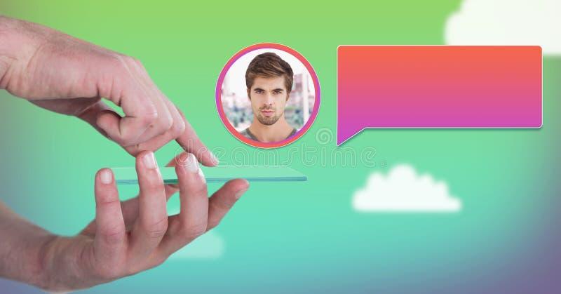 Manos usando la tableta de cristal con perfil de la mensajería de la burbuja de la charla imágenes de archivo libres de regalías
