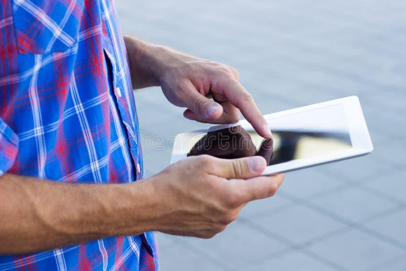 Manos usando la tableta digital imagen de archivo