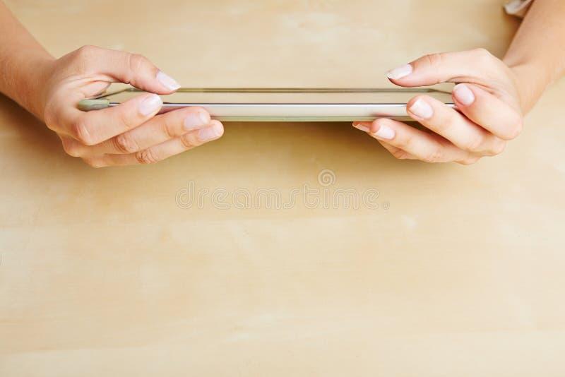 Manos usando una PC de la tableta foto de archivo libre de regalías