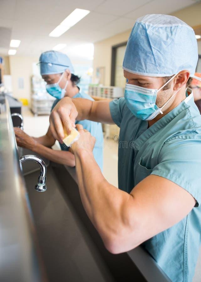 Manos y brazos de esterilización antes de la cirugía imágenes de archivo libres de regalías