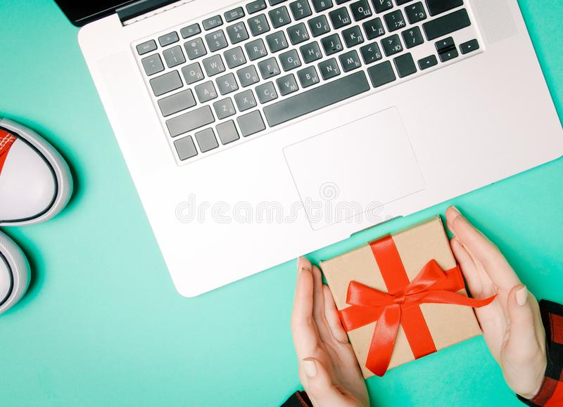 Manos y caja de regalo femeninas con los gumshoes imagen de archivo libre de regalías
