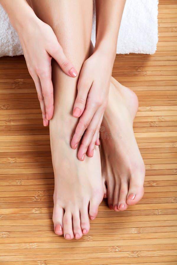 Manos y pies femeninos hermosos imagenes de archivo