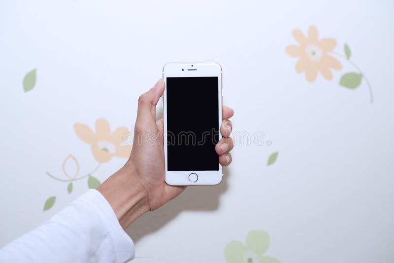 Manos y teléfonos celulares Dispositivo de comunicación foto de archivo libre de regalías