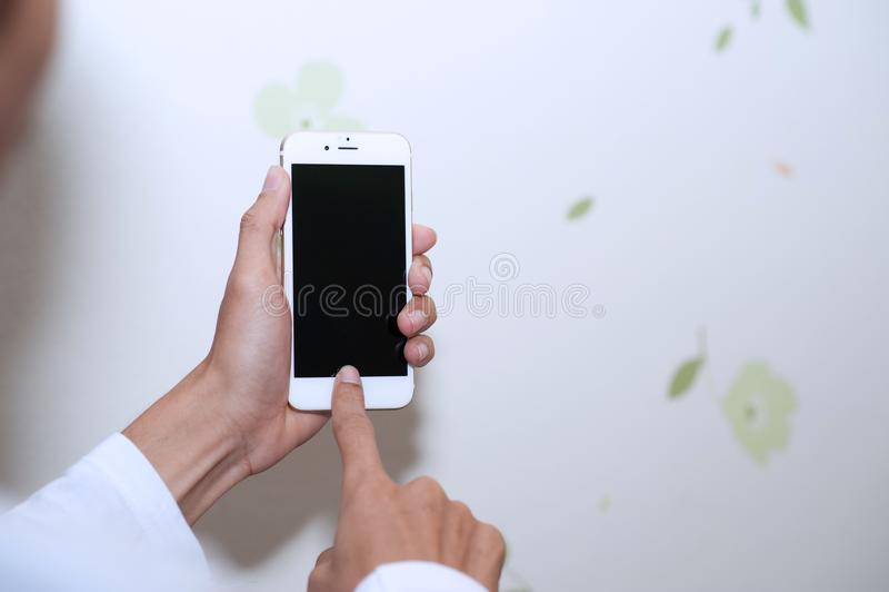 Manos y teléfonos celulares Dispositivo de comunicación fotos de archivo libres de regalías