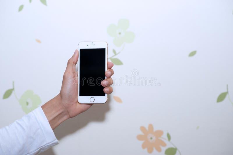 Manos y teléfonos celulares Dispositivo de comunicación imágenes de archivo libres de regalías