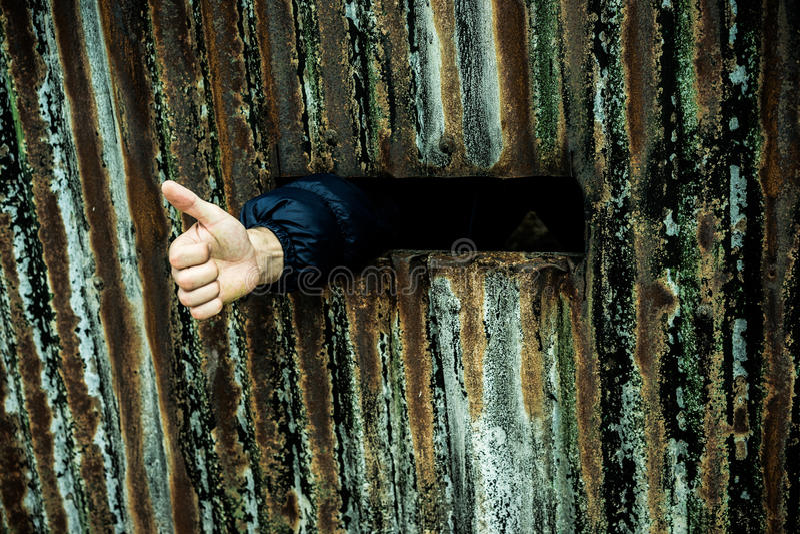Manosee con los dedos encima de mostrado por un cautivo de la persona en la prisión foto de archivo libre de regalías