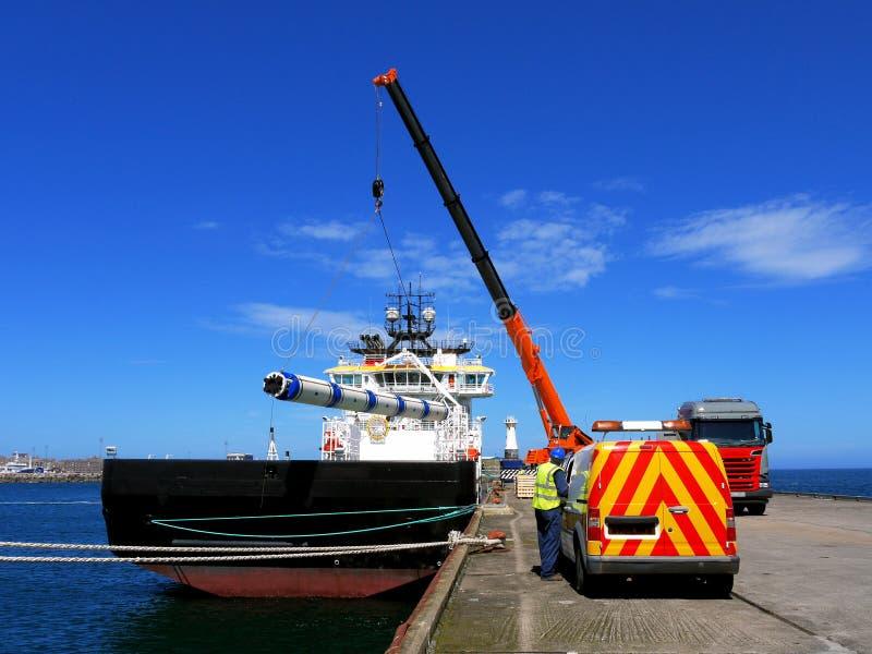 Manovre di carico offshore delle navi di rifornimento immagini stock libere da diritti
