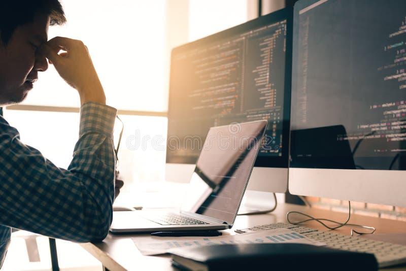 Manprogrammerare belastas och handinnehavnäsan med huvudvärk på kontoret, medan arbeta analysering på skrivbordet i kod på kontor royaltyfria bilder
