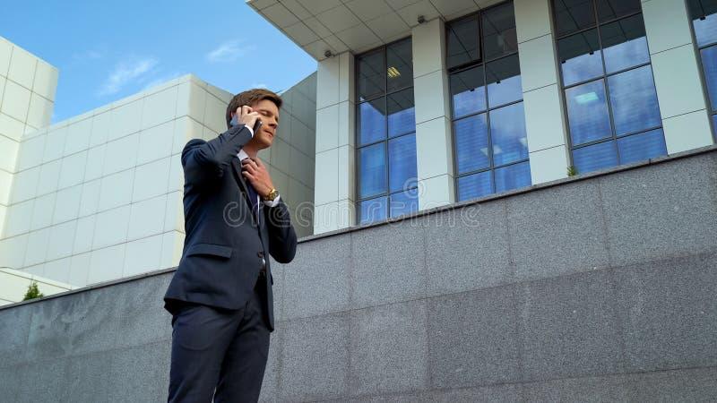 Manque de souffrance des employés d'air contrarié avec de la pression de date-butoir d'appel téléphonique, effort photographie stock libre de droits