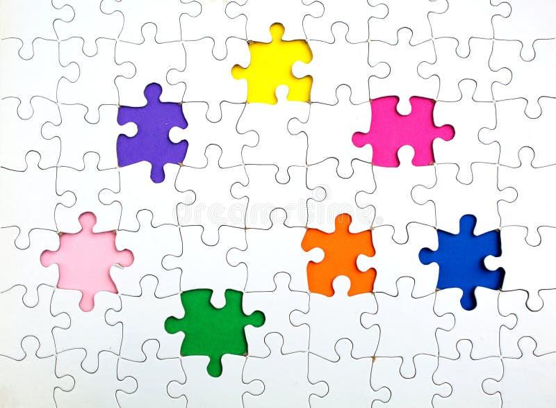 Manquer peu de morceaux dans un puzzle denteux images libres de droits
