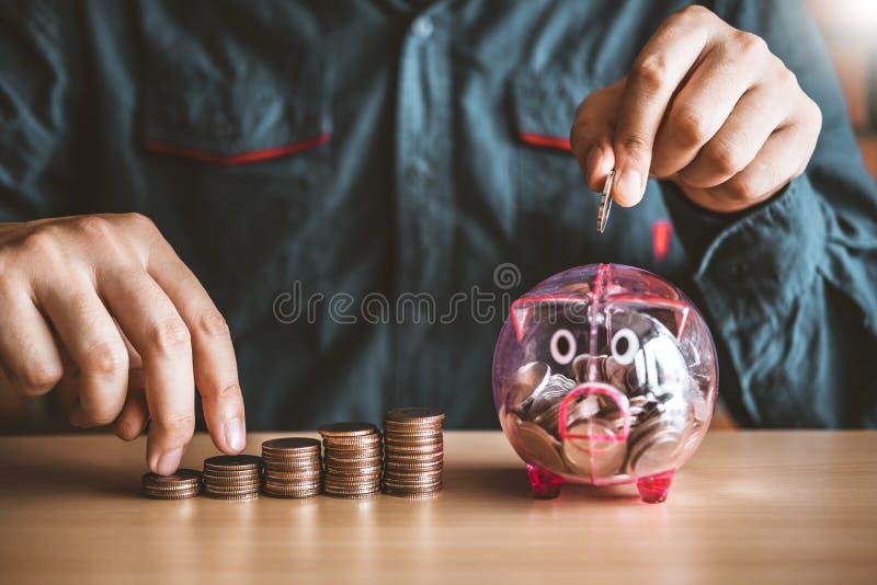 Manräknemaskinredovisning som beräknar med pengar för moment för bunt för spargrispengar växande sparande royaltyfri foto