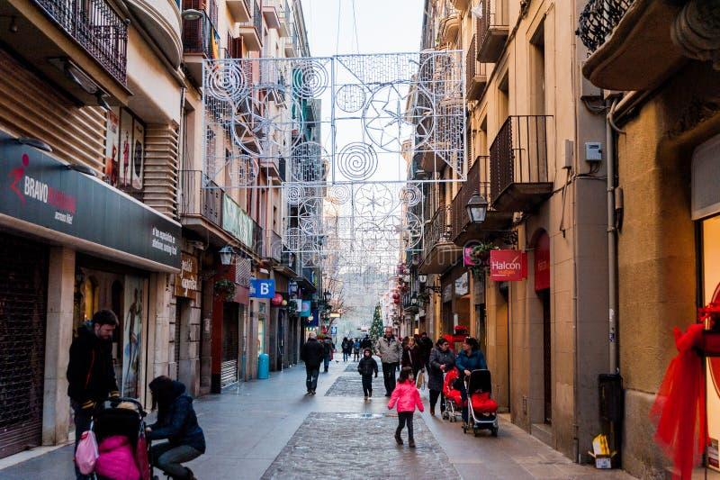 Manresa, Espagne - 3 janvier 2019 : les familles et les enfants marchent dans des rues passantes pendant le temps de Noël avec de image libre de droits