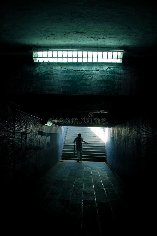 manrunningtunnel royaltyfria bilder