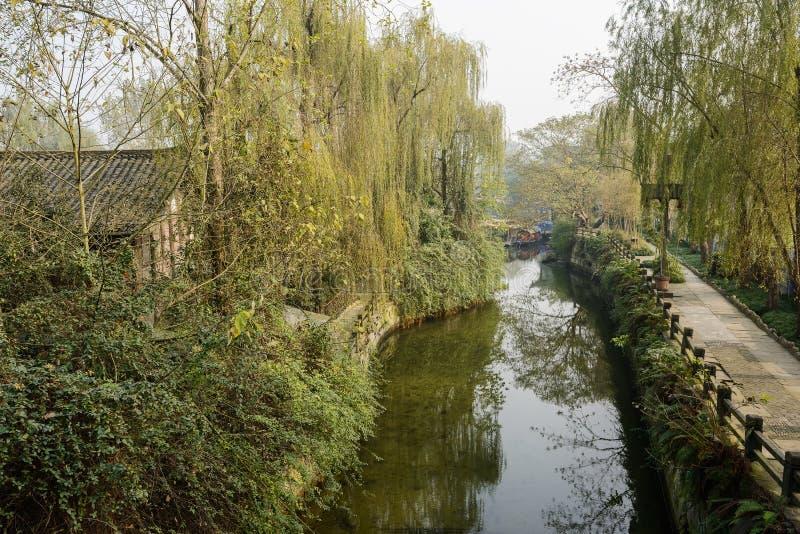 Mansão antiga do beira-rio nas madeiras no meio-dia ensolarado do inverno foto de stock royalty free