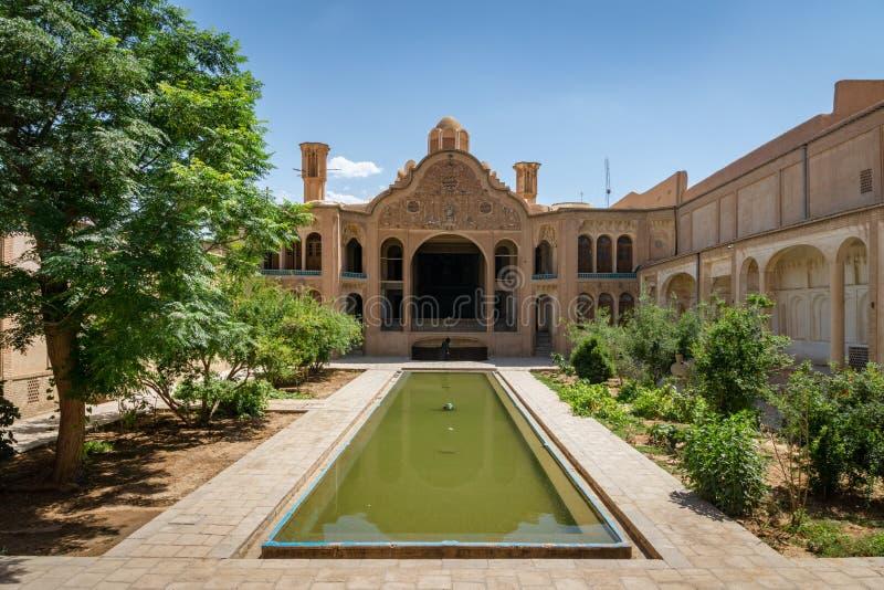 Mansão de Borodjerdi atrás das fontes de seu jardim em Kashan, Irã fotos de stock royalty free