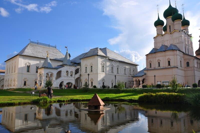 Mansão de Gosudarsky e igreja de St John o evangelista no Kremlin em Rostov o grande fotografia de stock royalty free