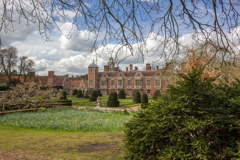 Mansão do milionário Uma casa inglesa w da propriedade do país do tijolo vermelho imagens de stock