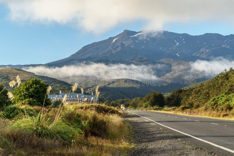 Mansão e estrada vazia à montanha gigante, parque nacional de Tongariro, imagem de stock