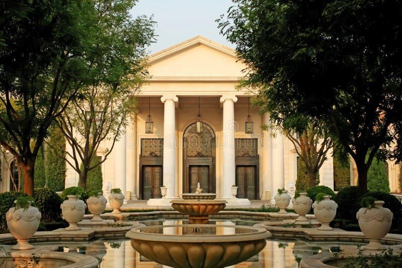 Mansão e jardins fotos de stock royalty free