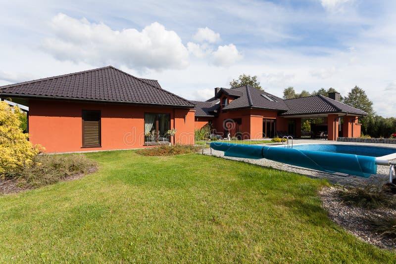 Mansão luxuosa com uma piscina imagem de stock royalty free