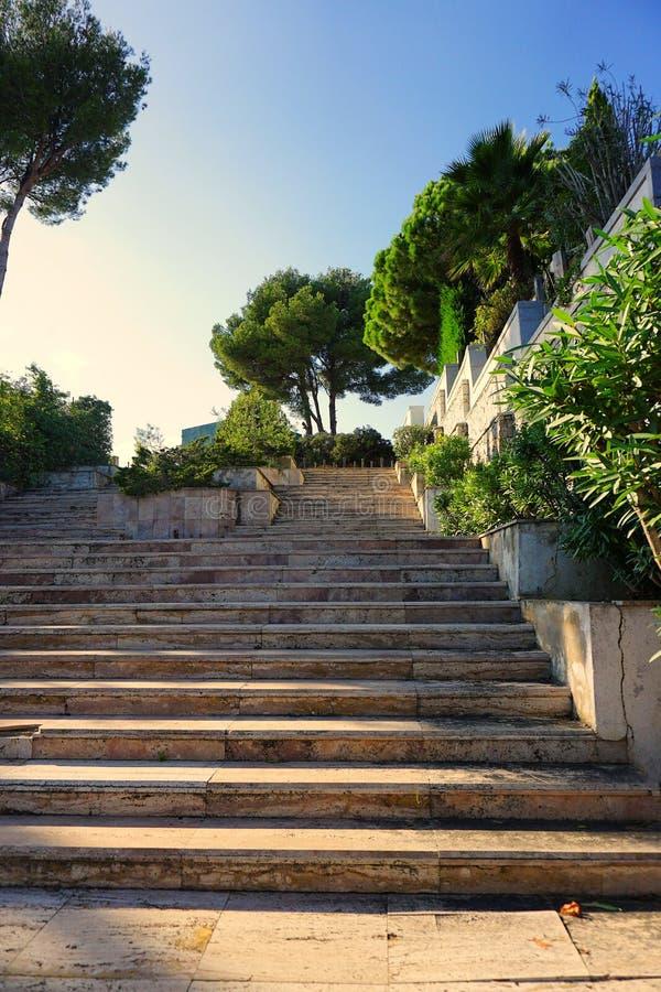 Mansão proeminente, com as escadas na costa da opinião do mar no por do sol fotografia de stock royalty free