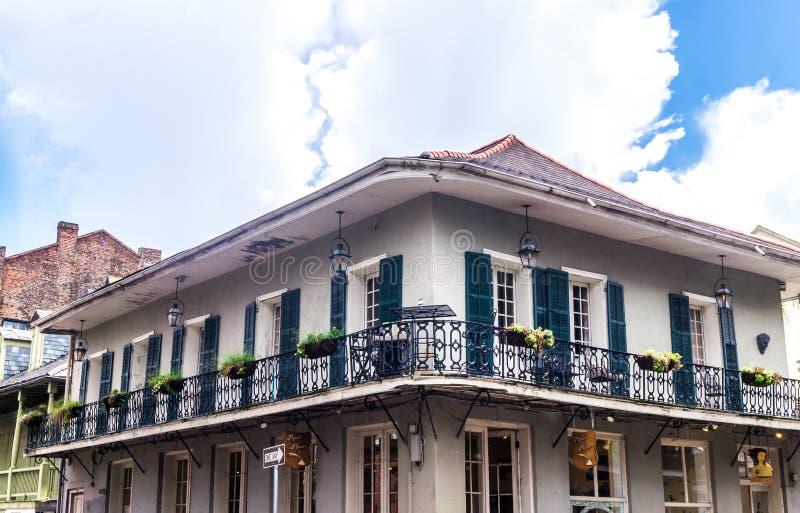 Mansão velha pitoresca na rua de Bourbon Bairro francês, Nova Orleães foto de stock