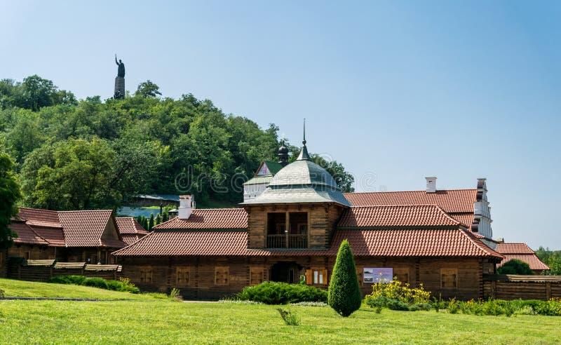 Mansões antigas e paisagem rústica do verão em Europa Oriental, Ucrânia fotografia de stock royalty free