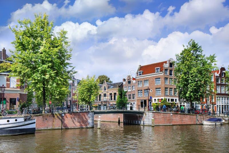 Mansões renovadas na correia histórica do canal de Amsterdão, Ntherlands imagens de stock royalty free