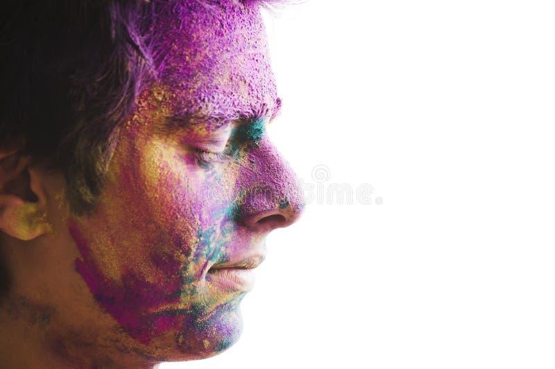 Mans framsida som täckas med pulvermålarfärg under den Holi festivalen royaltyfria foton