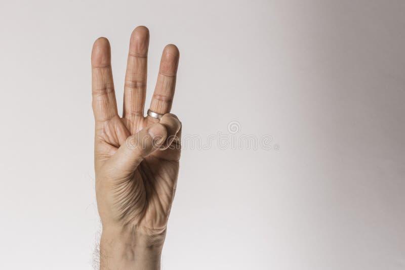 Mans handgest som räknar nummer tre som isoleras på vit bakgrund - del av uppsättningen arkivfoto