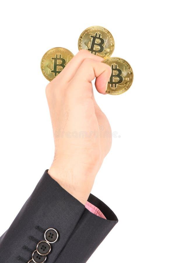 Mans handinnehav guld- Bitcoin p? vit bakgrund arkivbilder