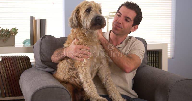 Mansammanträde med hans hund royaltyfri bild